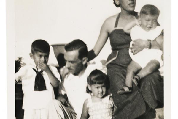 espanha-1949_-c-arquivo-da-familia-verso-brasil-editora6AA9217B-9CE0-A578-48C7-9E85DBA14057.png
